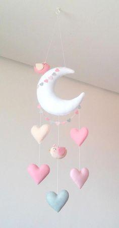 Móbile feito de feltro, costurado a mão e preenchido com fibra siliconada.    Lindo móbile composto por lua, corações e dois delicados passarinhos. Sua leveza, o seu colorido e mobilidade traz calma e distração para o seu bebê.    Deixa qualquer ambiente alegre e divertido.    Medidas Aproximadas... #mobiles Handgemachtes Baby, Felt Baby, Baby Toys, Felt Crafts Diy, Baby Crafts, Crafts For Kids, Diy Bebe, Baby Mobile, Baby Sewing Projects