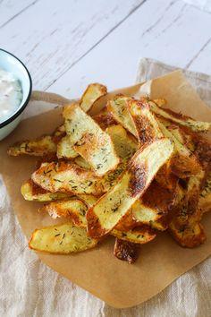 healthy snacks - Hjemmelavet Chips I Ovnen Sprøde Ovnbagte Chips Whole Food Recipes, Vegan Recipes, Cooking Recipes, Diy Snacks, Healthy Snacks, Food N, Food And Drink, Kreative Snacks, Danish Food