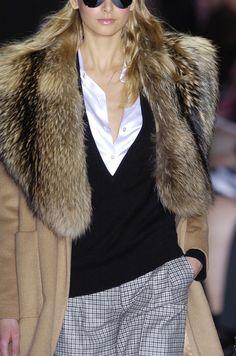Long wool coat with fur collar Fur Fashion, High Fashion, Womens Fashion, Street Fashion, Looks Style, My Style, Fabulous Furs, Look Chic, Winter Looks