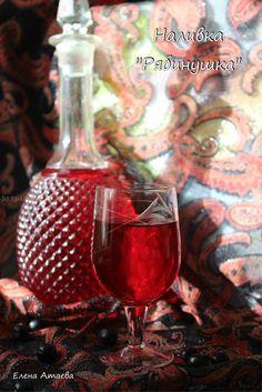 Рябиновая наливка Рябиновая наливка Рябинушка готовится из черноплодной рябины. 90 ягод черноплодной рябины, 90 листьев вишни залить 1 литром кипятка, варить 10-15 минут, процедить через марлю в несколько слоёв, добавить 1,5 стакана сахара (можно меньше), 1,5 чайной ложки лимонной кисл