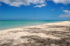 Diese Villa befindet sich direkt am Strand an der Westküste von Mauritius! Ihr eigenes kleines Paradies auf der Trauminsel Mauritius. Verbringen Sie Ihre Ferien in Ihrer privaten Villa, direkt am wunderschönen Sandstrand von La Preneuse. Die Villa bietet allen erdenklichen Komfort für bis zu 6 Personen. #Mauritius http://www.isla-mauricia.de/objekte-mauritius/mauritius-strand-villa-mit-terrasse-direkt-am-meer-de/