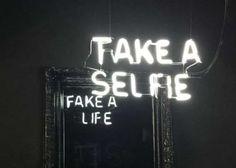 Fake a Life – Des miroirs satiriques avec des messages cachés   Ufunk.net