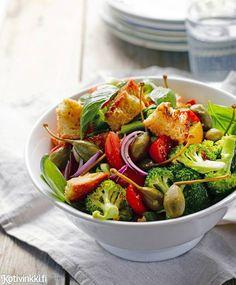 Panzanella eli tomaatti-leipäsalaatti Text: Kaisa Torkkeli Pic: Sanna Peurakoski #salad #salads #tomato