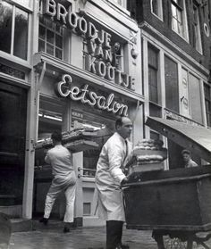 Baker delivers a supply of rolls to sandwich shop Broodje van Kootje at the Leidseplein in Amsterdam. Awsome Pictures, Old Pictures, Old Photos, Amsterdam Holland, New Amsterdam, Utrecht, Rotterdam, Amsterdam Photography, The Hague