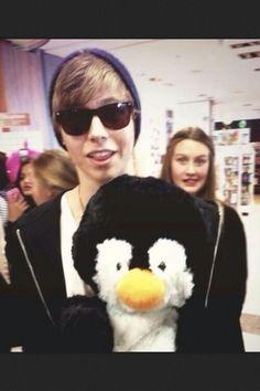 Luke Hemmings and his penguin obsession ♡