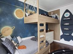 The illustration was made by A Casinha. The planets of wood are illuminated behind the plates, which refers to comfort, without giving up the elegance (Photo: Adriana Barbosa / Divulgação)