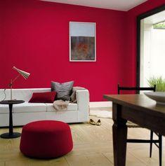 Attraktiv Welche Farbe Passt Zu Rot, Knallrote Wand, Runder Hocker, Boden Mit  Holzdielen