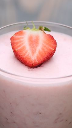 Strawberries and marshmallows elevate this epic mousse Nachtisch Ohne Kochen Strawberry Mallow Mousse Grill Dessert, Dessert Kabobs, Delicious Desserts, Yummy Food, Tasty, Mousse Dessert, Strawberry Recipes, Strawberry Mousse Cake, Graham Crackers