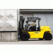 Empilhadeira marca Hyundai, equipada com seis cilindros, 64,7 kW de potência, movida a diesel, transmissão full-automatic, freios a disco em banho de óleo, cabine montada sobre coxins de borracha, assento e volante ajustáveis, chassis monobloco, deslocador lateral integrado.  Capacidade de 5.000 a 7.000 kg, elevação 4.000 a 6.000 mm, torre duplex/triplex. Modelo: D-7E