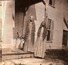Creepy Old Vintage Photos~ two scary sisters with waist long hair standing on porch. The stuff of nightmares. Vintage Bizarre, Creepy Vintage, Creepy Old Photos, Creepy Pictures, Creepy Images, Funny Pictures, Images Terrifiantes, Comic Cat, Photo Halloween