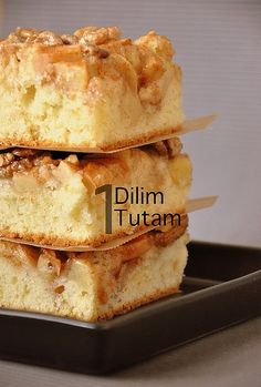 Cinnamon syrup apple cakes Ingredients: 450 g sugar (about 2 subarda full) 3 dessert spoons cinnamon 1 kg apple 275 g . Dessert Spoons, Dessert Bars, Cinnamon Syrup, Homemade Muesli, Pudding Cake, Cake Ingredients, Turkish Recipes, Food Humor, Tray Bakes