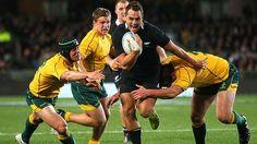 Israel Dagg échappe à Berrick Barnes, Sitaleki Timani et Michael Hooper lors du second tour du Rugby Championship entre All Blacks et Wallabies.