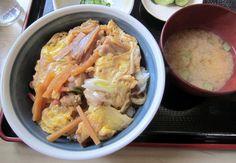 忠類『このみ』ここの親子丼は長葱だけでなく、干し椎茸・筍・ナルトが入って具沢山。味付けは甘じょっぱいのでご飯がススムくん。 Google+