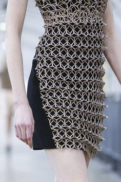 Dress with dimensional geometric embellishment; laser cut fashion details // Iris Van Herpen S/S 2015 laser cut, fashion, design, textiles Geometric Fashion, 3d Fashion, Fashion Details, High Fashion, Fashion Show, Fashion Design, Fashion Trends, Fashion 2015, Fashion Black