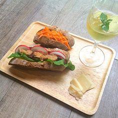 パンは昨日下北のパン屋さんで買った美味しいやつ。 具は2種類。 <鯖サンド> さば味噌煮缶、ルッコラ、エシャロット、バター <人参サンド> •作り置きしといた人参のマリネ 鯖サンド、ワインが進む味。 旨し。 - 48件のもぐもぐ - 鯖サンドイッチと自家製サングリア by shimancyu