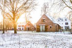 Naar Maastricht in de wintermaanden? Als er sneeuw ligt dan ziet ons resort er zo uit! Trek je schoenen aan voor een heerlijke winterwandeling in de sneeuw. Sneeuwpret gegarandeerd! Resorts, Trek, Cabin, House Styles, Winter, Home Decor, Lush, Winter Time, Decoration Home