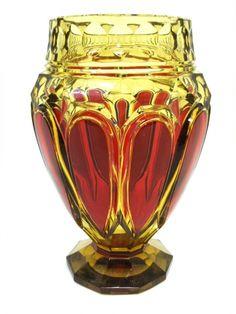 Salle des ventes ABC : CRISTAL TOPAZE DU VAL ST LAMBERT, Vase en cristal topaze taillé et doublé rouge, modèle crée pour l'Exposition de Liège en 1930, référence E.L. 317, hauteur 28,2 cm