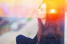 Přílišné přemýšlení může vést ke vzniku vnitřní nerovnováhy a disharmonie, oddaluje nás od reálného života a oslabuje naše sociální schopnosti. Nejtěžší je si problém uvědomit a vyvléknout se ze smyčky, do níž nás uvrhává vlastní mysl. Jak převzít otěže a stát se pánem vlastní mysli? Stone Massage, Cognitive Behavioral Therapy, Signs And Symptoms, Addiction Recovery, Natural Energy, Winston Churchill, Cute Woman, Third Eye, Trauma