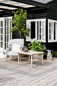 Lige om lidt er det sommerferie, og vi glæder os til hyggelige dage på sommerhusets terrasse med et blad i hånden og te i koppen. // We're counting the days to our summer vacation and looking forward to lazy days on the porch in a compfy chair with a magazine and a cup of tea outdoorlife, black, white - ulkoilmaelämää, musta-valkoista...