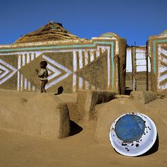 Since Margaret Courtney-Clarke took her photographs of Ndebele art in the early eighties much has changed in the world of the Ndebele people. Vernacular Architecture, Landscape Architecture, People Around The World, Around The Worlds, African House, African History, African Art, Garden Fencing, The Ranch