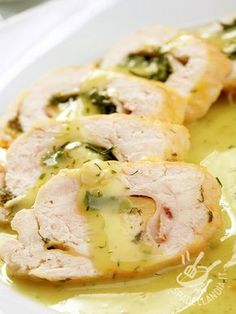 Il Rotolo di petto di pollo al limone sono un secondo veramente appetitoso a base di scamorza, prosciutto cotto ed erbette aromatiche!