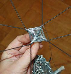 Busa, Diy Art, Metallica, Diy And Crafts, Playing Cards, Wire, Sculpture, Art Floral, Baskets
