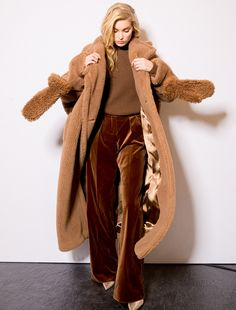 The timeless allure of Max Mara icon coats: Manuela and Teddy Bear. Cold Weather Outfits, Winter Outfits, Max Mara Teddy Coat, Stylish Winter Coats, Teddy Bear Jacket, Inspiration Mode, Fox Fur Coat, Autumn Winter Fashion, Sweaters For Women