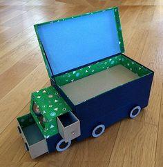 Bonsoir à tous !!! C'est en septembre 2016 que Nadine partageait avec nous tous cette très grande boîte à legos cliquer sur le lien ci-dessus pour relire l'article !!! Elle était destinée à Arthur, l'aîné de ses petits fils ... Et comme Oscar est lui,... Valentine Box, Valentines For Kids, Quilted Curtains, Sacs Tote Bags, Paper Crafts, Diy Crafts, Diy Cardboard, Toy Organization, Diy Doll