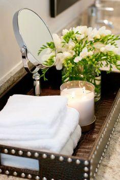 bandejas delimitam espaços na bancada do banheiro
