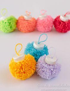 Una idea navideña súper original y colorida con la que puedes decorar toda tu casa, los regalos y hasta regalar... Anímate a hacer estas bolitas con lanas de colores.