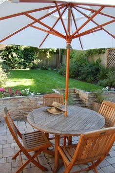 patio and small yard Outdoor Living Areas, Outdoor Rooms, Backyard Patio, Backyard Landscaping, Summer Garden, Home And Garden, Small Places, Small Patio, Small Gardens