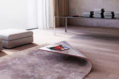 le designer alessandro isola combine judicieusement table basse et tapis pour en faire un objet design et décoratif.