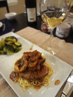 Filet de porc aux champignons Meat Lovers, Zucchini, Spaghetti, Good Food, Food And Drink, Pork, Menu, Favorite Recipes, Chicken