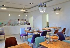 Deli bluem bistro in Wien with Maria SC test tubes chandelier Lokal, Slow Food, Brunch, Table, Vienna, Test Tubes, Vegan Vegetarian, Home Decor, Restaurants
