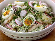 Salat af røget makrel med spidskål, aspargeskartofler, rygeost og radisser
