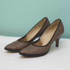 50's - 60's Brown Pumps With Black Trim and Stitching Detail - Size 7