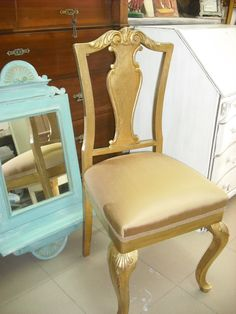 silla reciclada en pan de oro