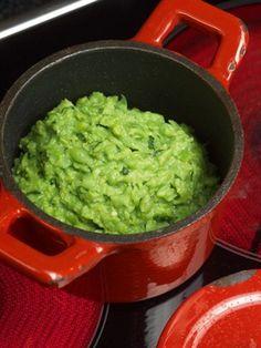 Пюре из зеленого горошка с мятой Этот гарнир — лучший друг баранины, он же превращает фиш-энд-чипс из мусорной в ресторанную еду. Главное — не передержать горошек и добиться тонкого баланса свежести мяты и горошка и яркого вкуса сливочного масла. Гуакамоле, Закуски, Кулинария, Еда, Mac, Сыр, Питье