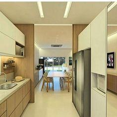 Cozinha em tons claros! Amo essa tonalidade de madeira leve e chique! Por Studio Três Arquitetura