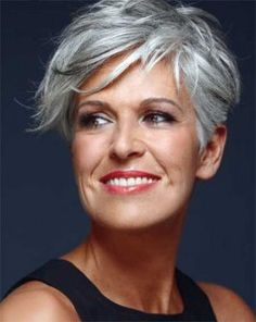 Le coiffeur a su créer beaucoup d'originalité dans cette coupe de cheveux en jouant avec les longueurs de la frange. La coupe est courte, mais reste très féminine et convient à merveille à cette dame aux cheveux gris.