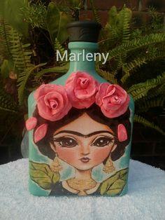 Frida Kahlo Bottle Painting, Bottle Art, Frida Kahlo Portraits, Diy And Crafts, Arts And Crafts, Frida Art, Mexican Crafts, Plastic Bottle Crafts, House Ornaments