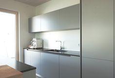 Diese Ewe Küche des Modells Vida ist in der besonderen Farbe Sasso ausgeführt. Die Barthekenplatte auf der Kücheninsel ist aus Echtholz. Mehr Inspiration auf unserer Website: Küchen Design, Shades Of Grey, Kitchen Inspiration, Kitchen Contemporary, Minimalist, Timber Wood, Shades Of Gray Color
