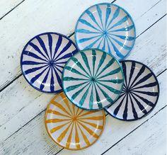 platos pintados a mano Más Painted Ceramic Plates, Ceramic Tableware, Hand Painted Ceramics, Ceramic Clay, Ceramic Bowls, Kitchenware, Slab Pottery, Ceramic Pottery, Pottery Art