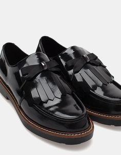 Na Stradivarius encontrarás 1 Sapatos rasos franjas para mulher por apenas 35.95 Portugal . Entra agora e descobre-o juntamente com mais SAPATOS PLANOS.