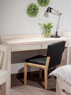 Bukový toaletní stolek je kosmetický stolek, který si zamiluje každá žena toužící po kousku soukromí a dostatečném prostoru při líčení a zkrášlování sebe sama. Office Desk, Sweet Home, Bedroom, Furniture, Home Decor, Desk Office, Decoration Home, Desk, House Beautiful