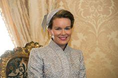 IN BEELD. Koningin Mathilde geen grijze muis in Armani