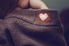 Woolfiller Felted Sweater Patches patchwork feathers via Mini DIY Tutorial – How t. Patches, Visible Mending, Make Do And Mend, Diy Clothing, Refashion, Sewing Hacks, Needle Felting, Diy Fashion, Knit Crochet