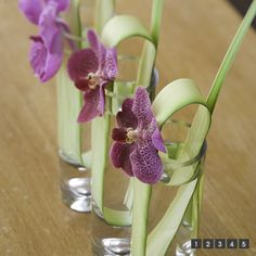 En un jarrón Osaka, o en un vaso de tubo; una cabeza de orquídea vanda y una hoja de iris por ejemplo. Sencillo y bonito