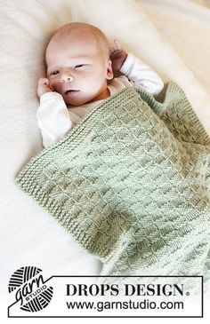 Little Things / DROPS Baby - Free Knitting Patterns by DROPS Design Knitted blanket with textured pattern for babies. The piece is worked in DROPS Merino Extra Fine. Baby Knitting Patterns, Knitting Designs, Baby Patterns, Free Knitting, Knitting Projects, Crochet Patterns, Drops Design, Designer Baby, Crochet Baby