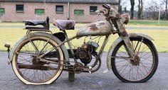 Thoria - 98cc - c.1946  De Thoria 98cc echte barnfind komt uit een oude schuur in Maastricht.Thoria is een Belgisch historisch merk van motorfietsen fietsen en vouwfietsen.De producent was Gebroeders Roelens in Torhout.Dit was een fietsenhandel in Torhout die vanaf 1947 ook 50cc-bromfietsen en lichte motorfietsen van 98 en 147 cc ging bouwen. Men produceerde ook frames die aan andere merken geleverd werden zoals Star in Luik.Het motorblokje van de Thoria is los.Mooi project als decoratie in…